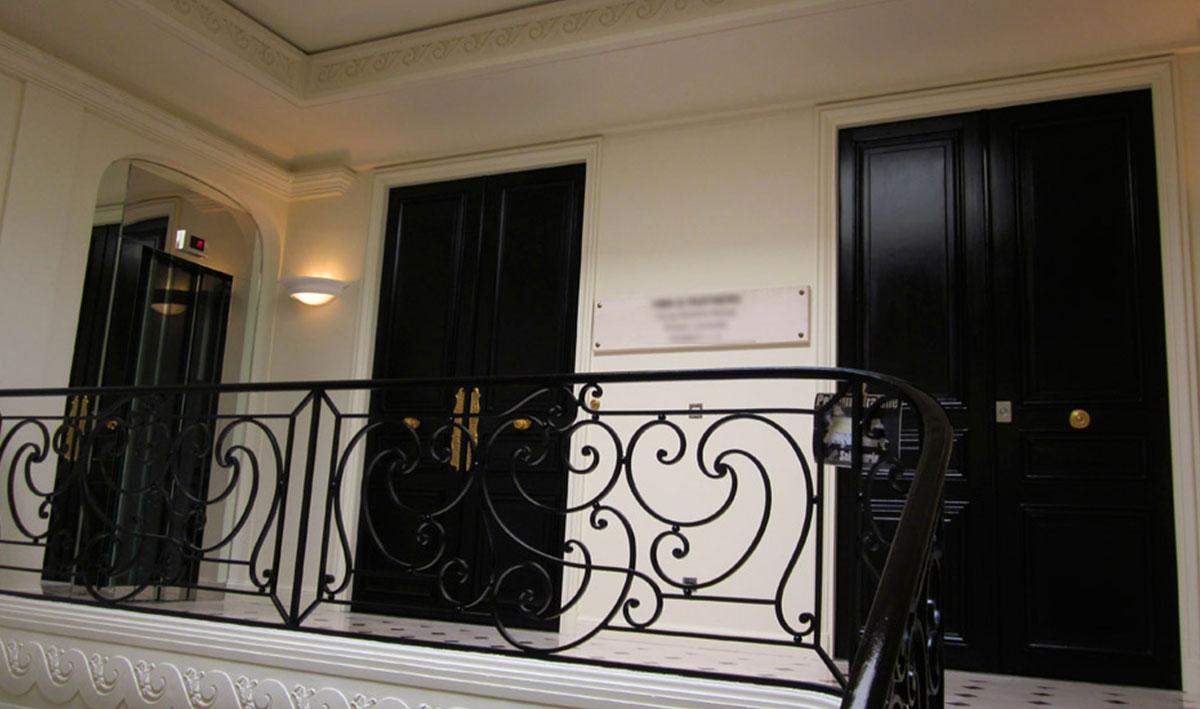 <p>Rue<br /> Montaigne</p>